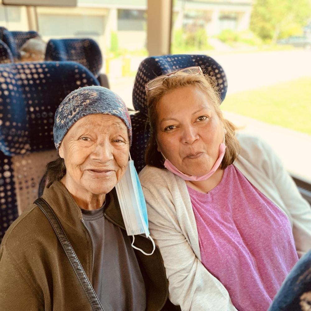 Philomène Dominique et Normande Dominique dans l'autobus.