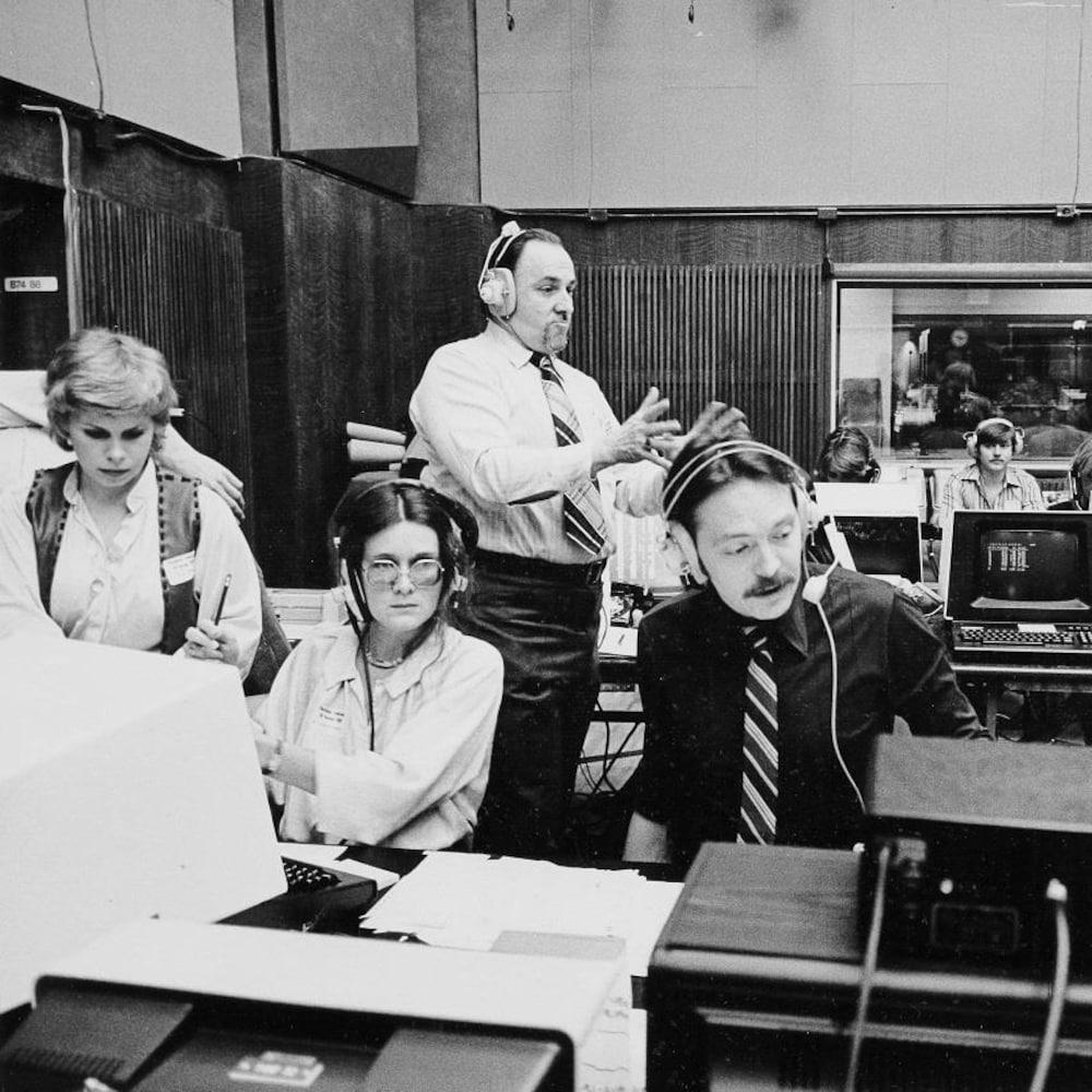 Dans une pièce aménagée avec des ordinateurs pour les élections, les meneurs de jeu: Sylvie Arbour, Jocelyne Juneau, Michel Désautels et Jean Larin. Debout: Jean-Claude Asselin.