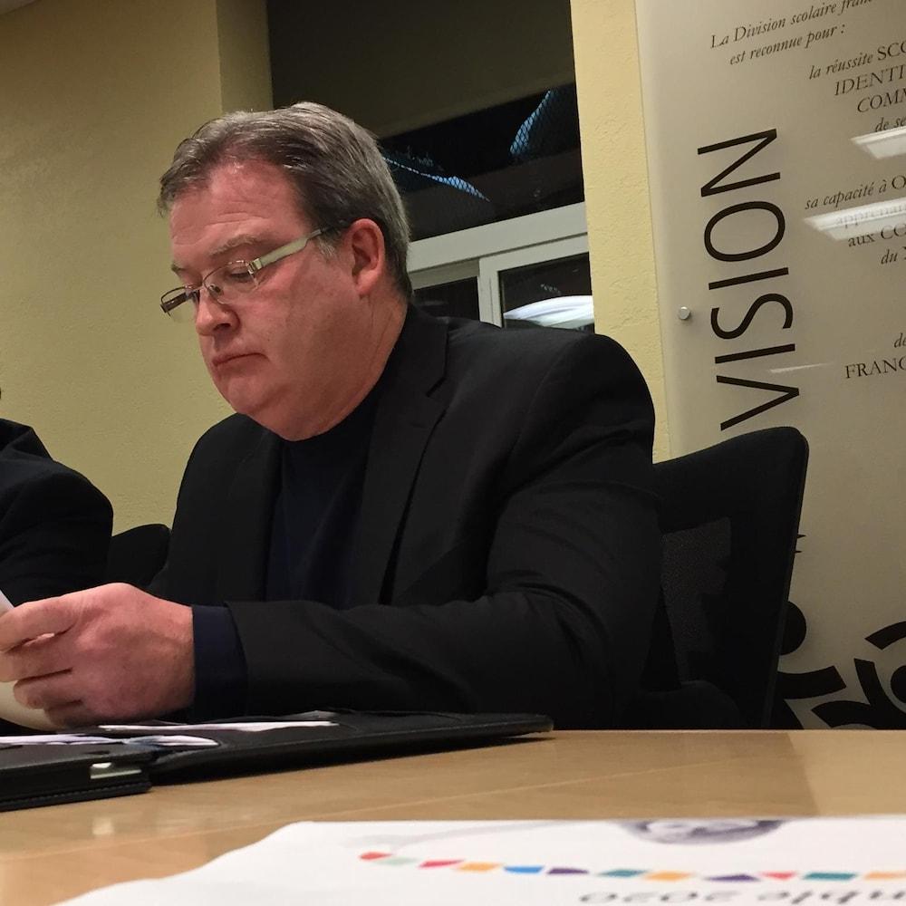 Le commissaire de la Commission scolaire franco-manitobaine, Michel Simard lit un document lors de la réunion du 21 décembre 2016.