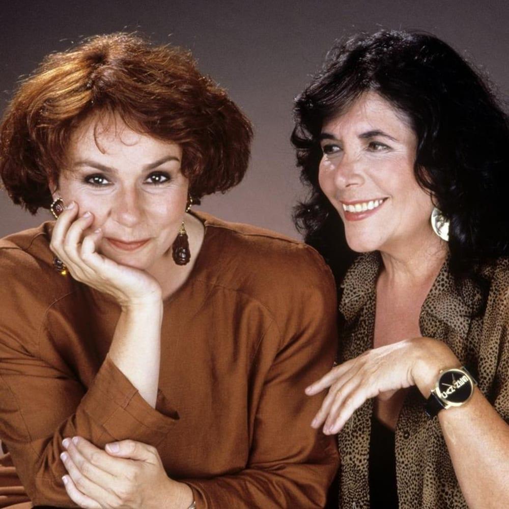 Minou Petrowski posant avec Christiane Charette, en 1990.