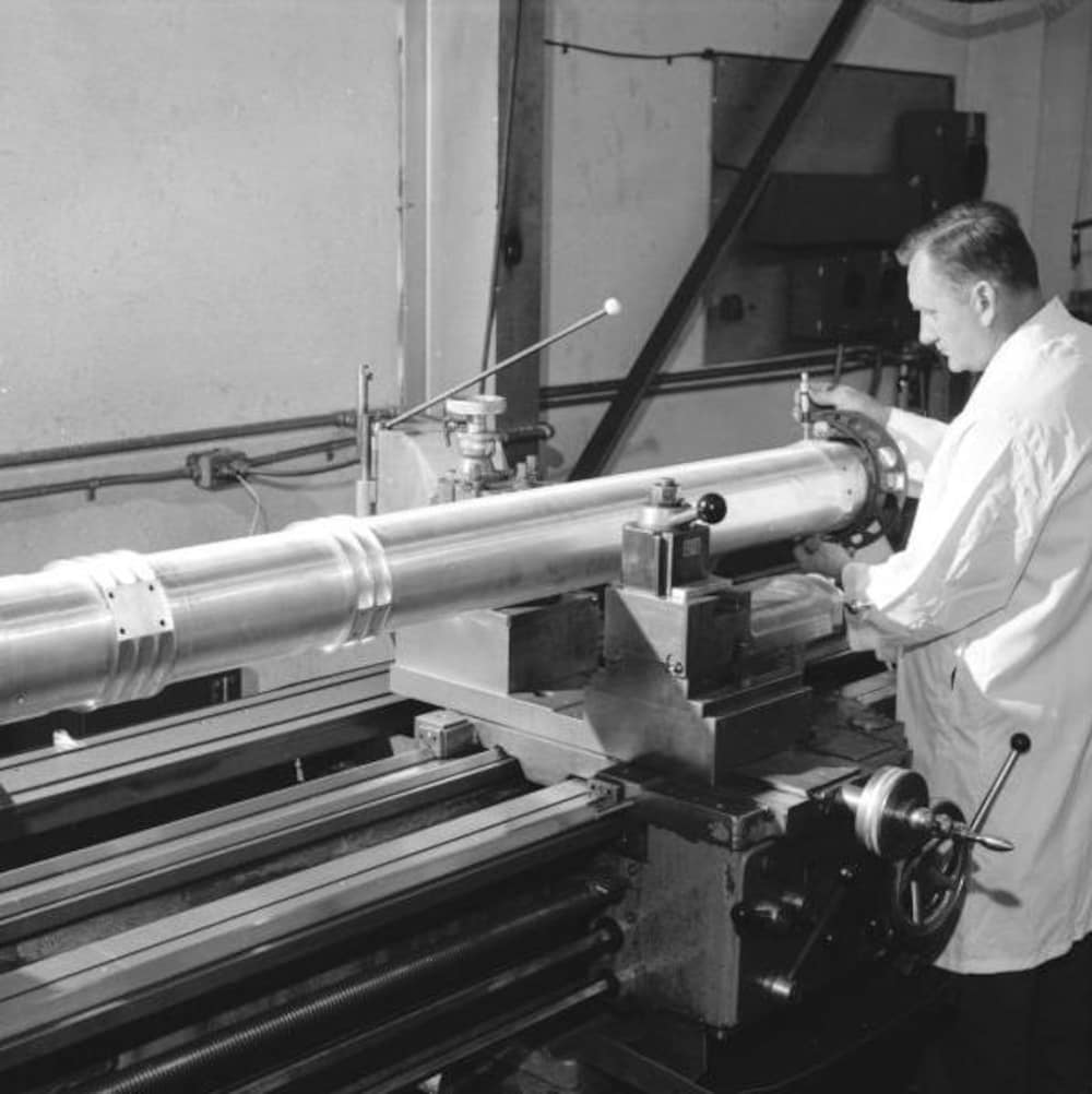 Un machiniste d'Héroux affairé à la conception de l'une des pattes du module lunaire.