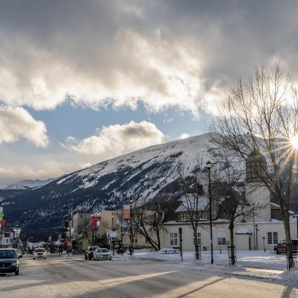 Reflets du soleil sur un village au pied de montagnes, l'hiver.