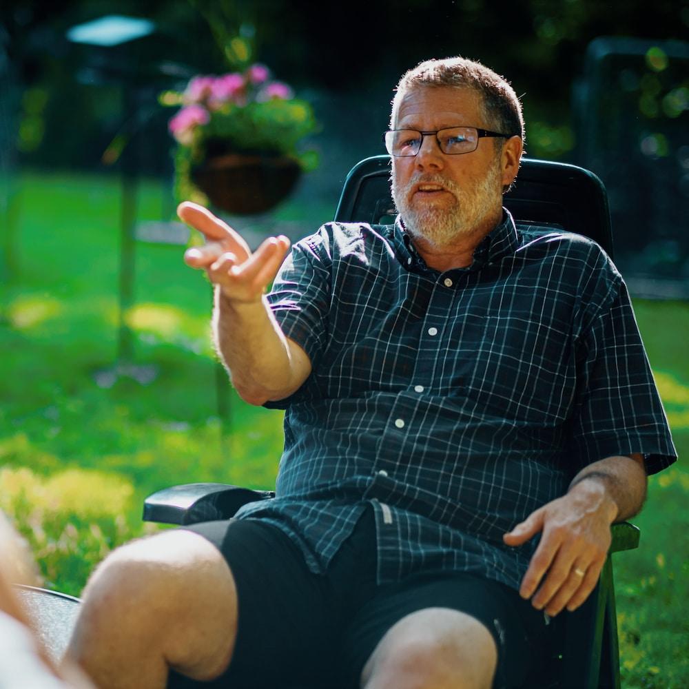 L'homme assit dans son jardin dans une entrevue à Radio-Canada.