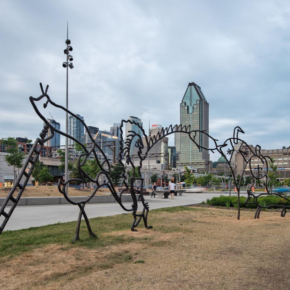 Une partie de la sculpture. Au loin, on va les gratte-ciels du centre-ville de Montréal.