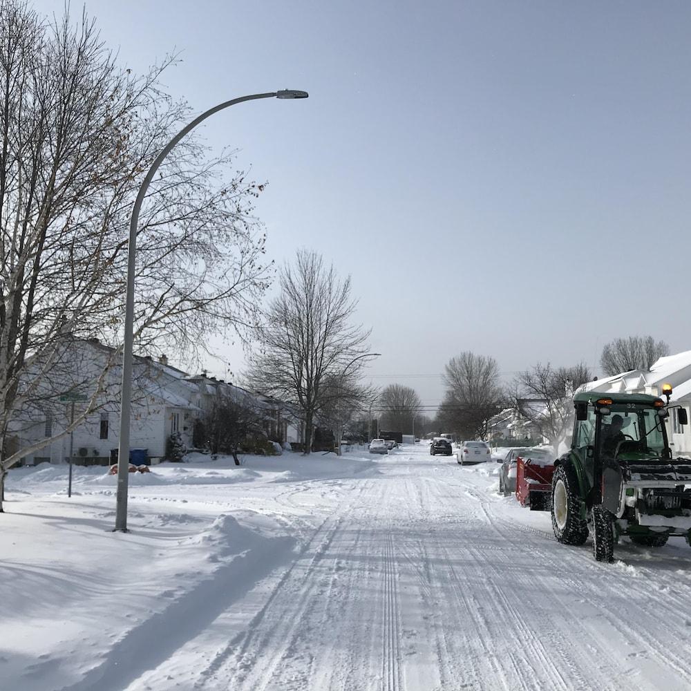 Tracteur dans une rue résidentielle de Trois-Rivières.