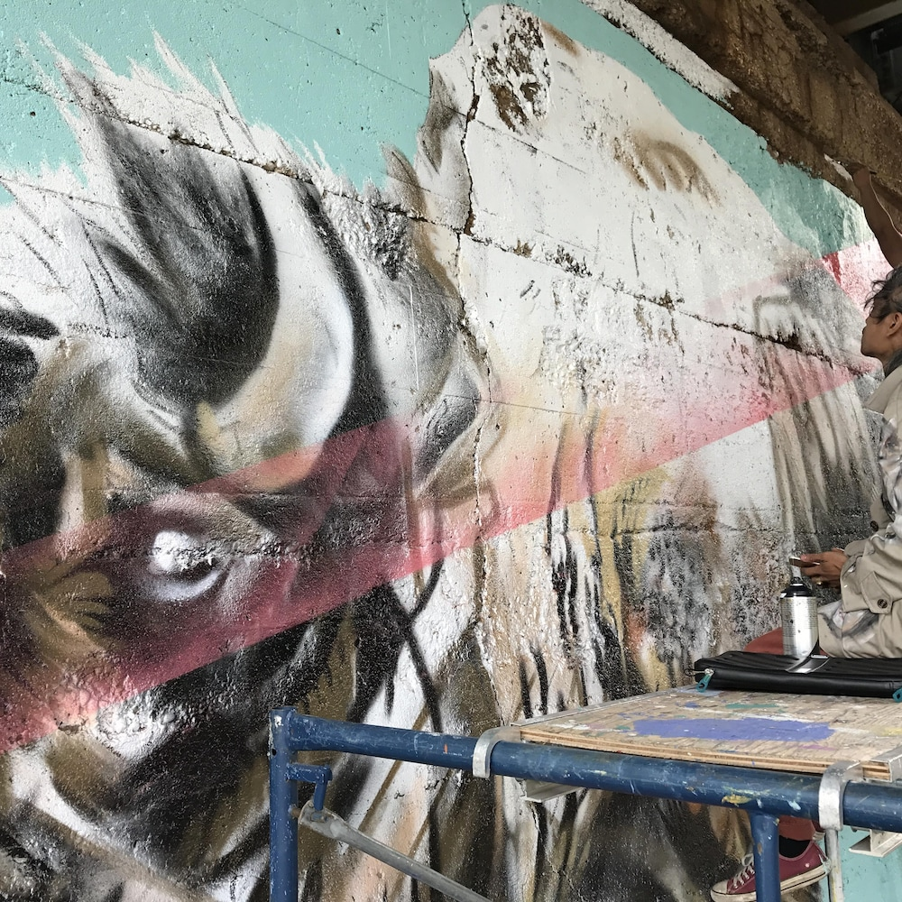 Nereo II et John Padua en pleine création de la murale située à La Fourche de Winnipeg