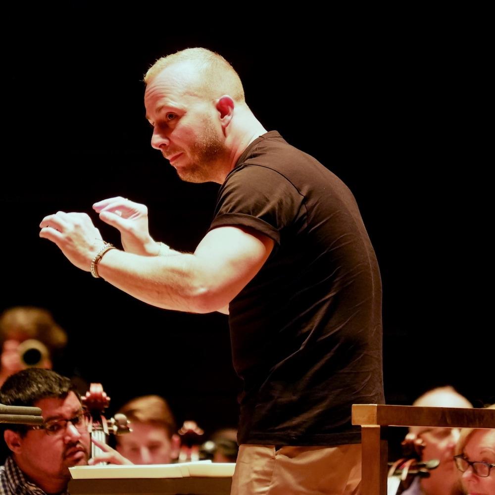 Le chef Yannick Nézet-Séguin devant des musiciens.