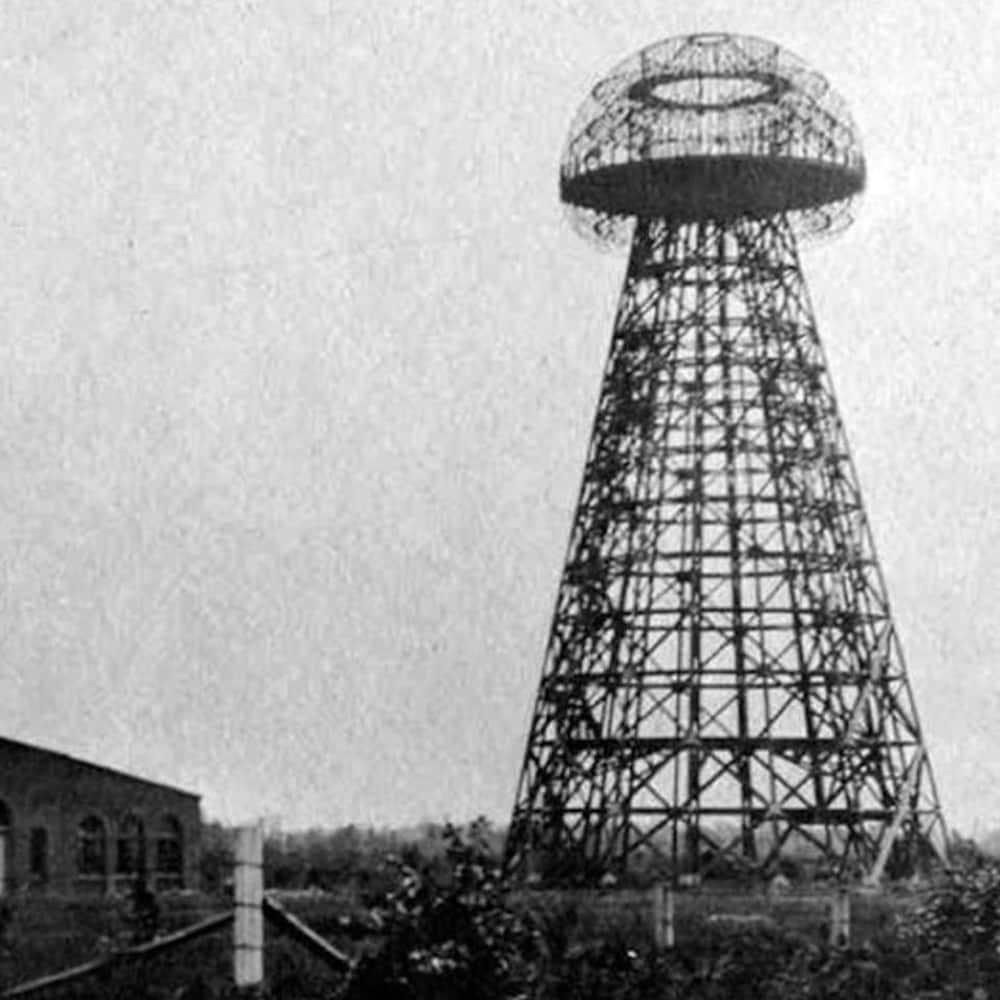 Image d'archive d'une tour construite aux côtés d'un bâtiment en brique.