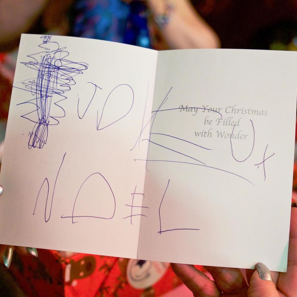 Pour Noël, des enfants du primaire ont confectionné des cartes de souhaits destinées aux femmes en situation d'itinérance.