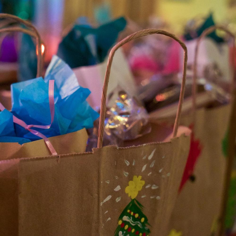 À la Maison Olga, le sapin et les tables avoisinantes débordent de sacs et de boîtes-cadeaux.