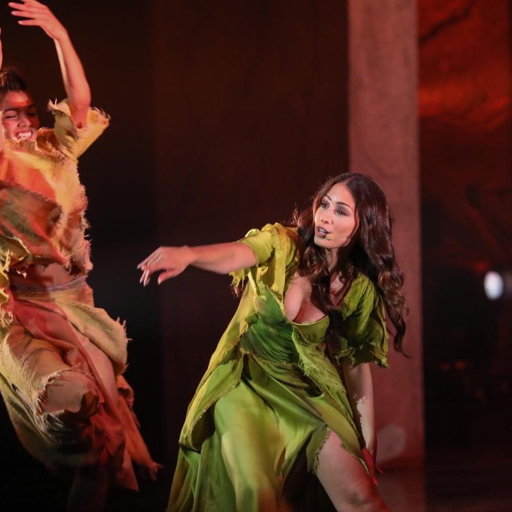 Le personnage d'Esmeralda et une danseuse lors d'une scène de Notre Dame de Paris