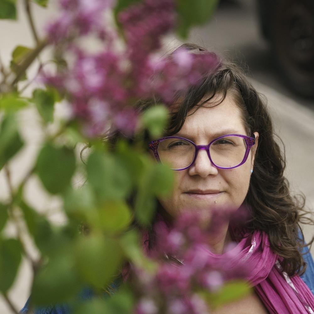 Kathia Gaillardetz près d'un lilas.
