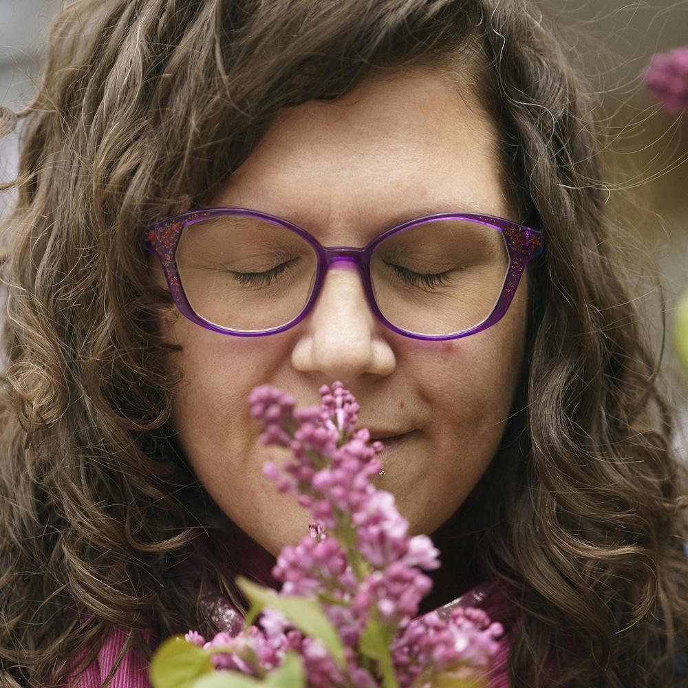 Kathia Gaillardetz respire à travers une branche de lilas.