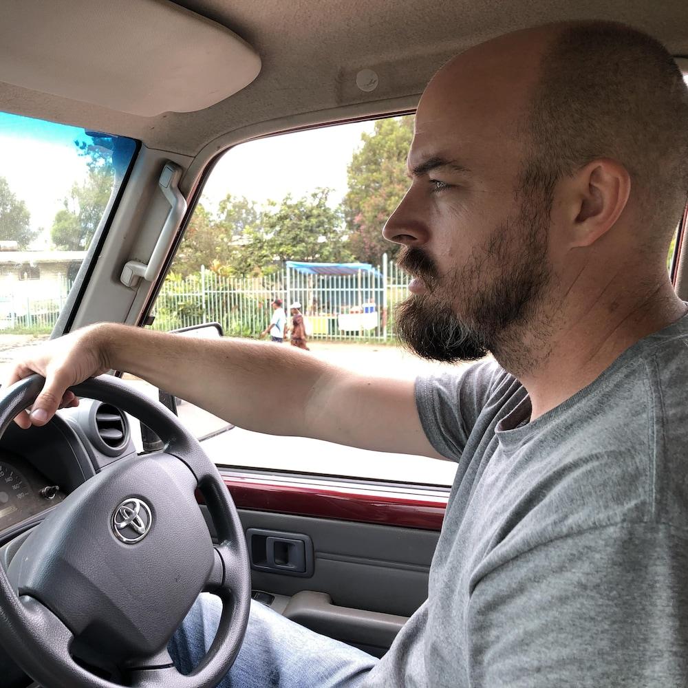 Anton Lutz au volant de sa jeep.