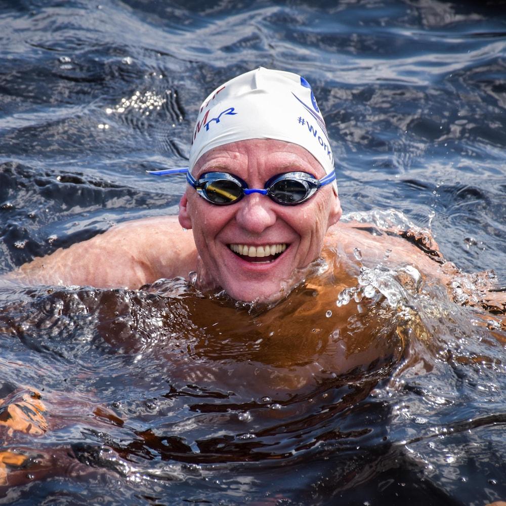 Paul Asmuth souriant dans l'eau.