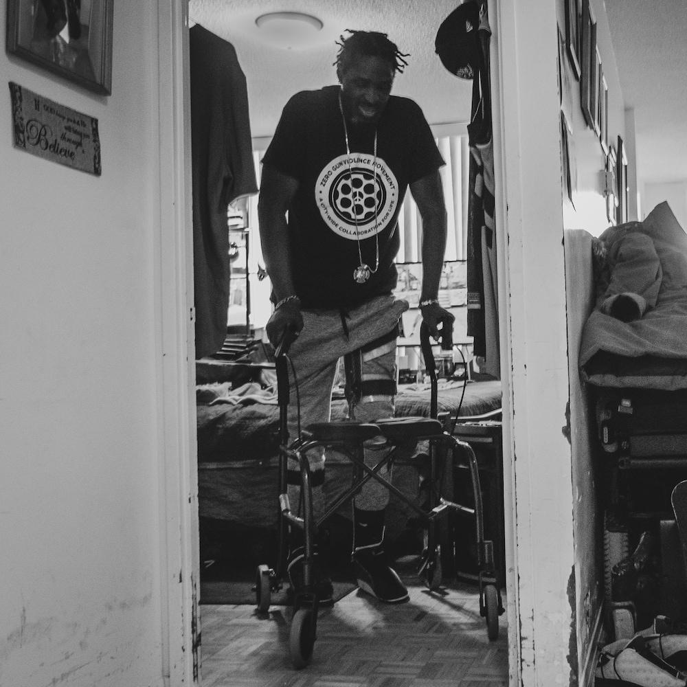 Un homme marchant avec un déambulateur.