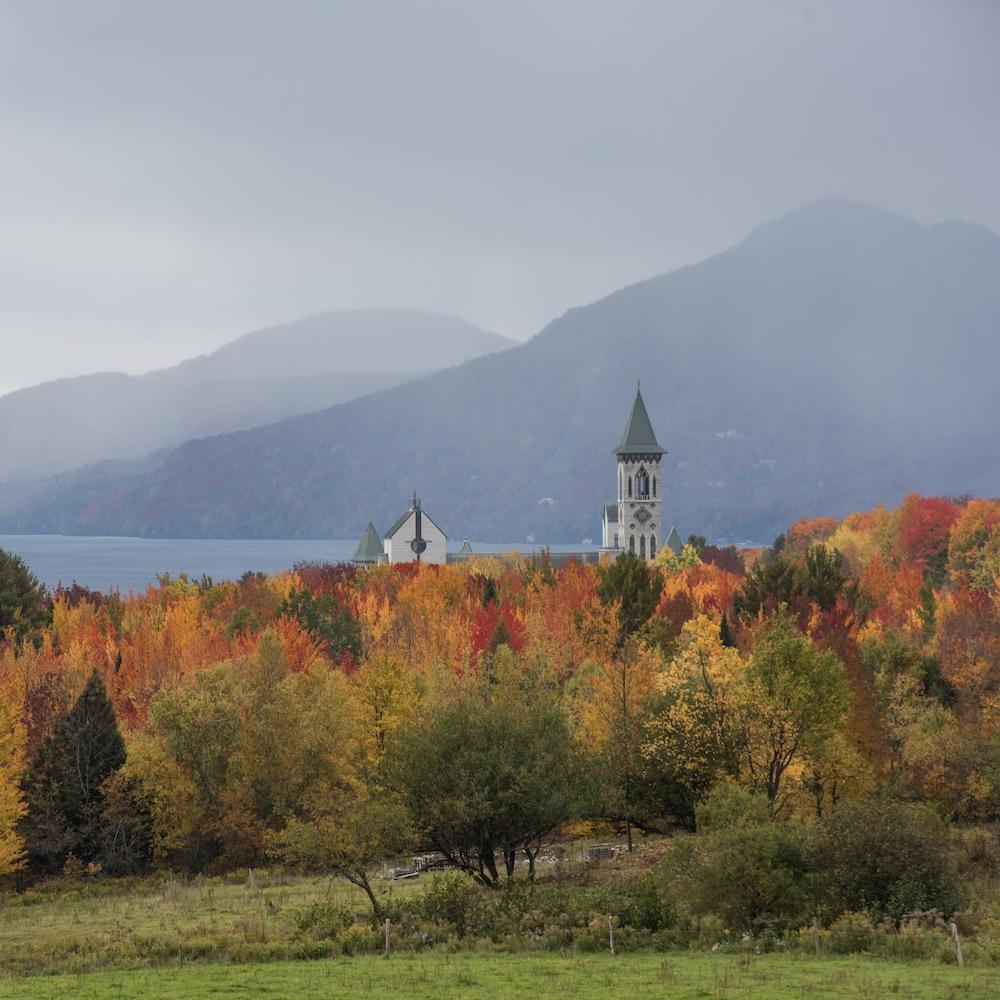Abbaye Saint-Benoît-du-Lac avec les feuilles d'automne.