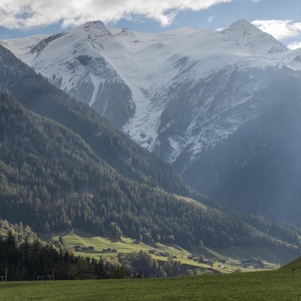 Une vallée verte et blanche.