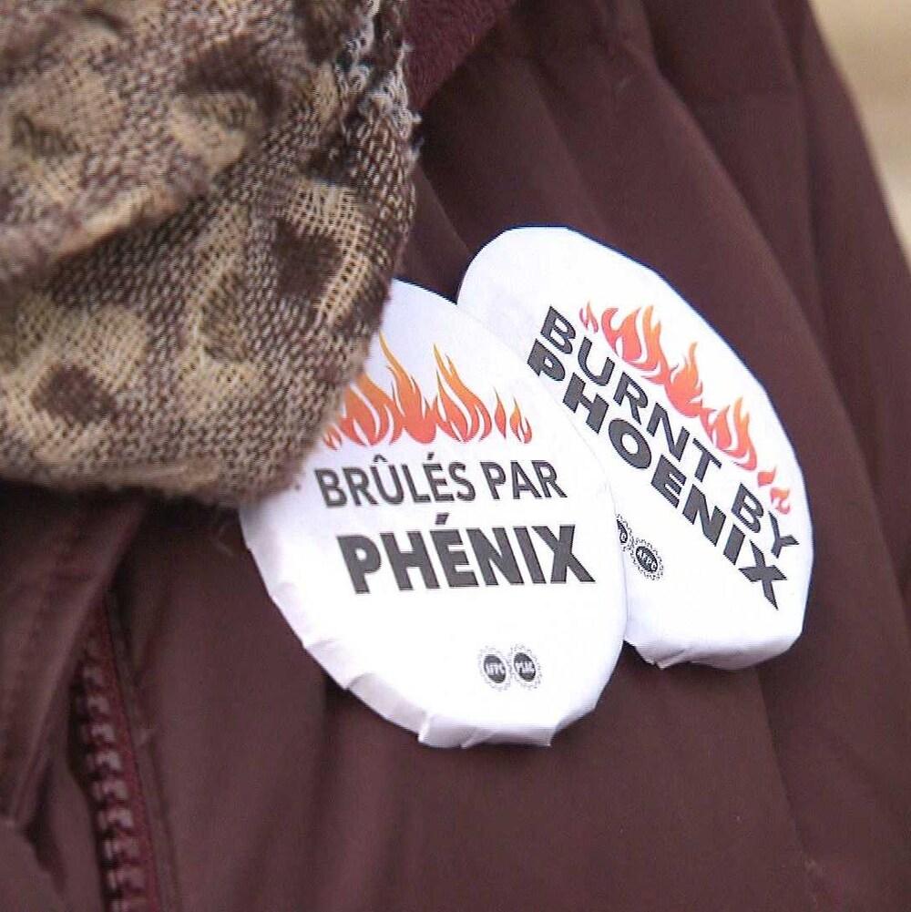 Macarons «Brûlés par Phénix» portés par une manifestante.