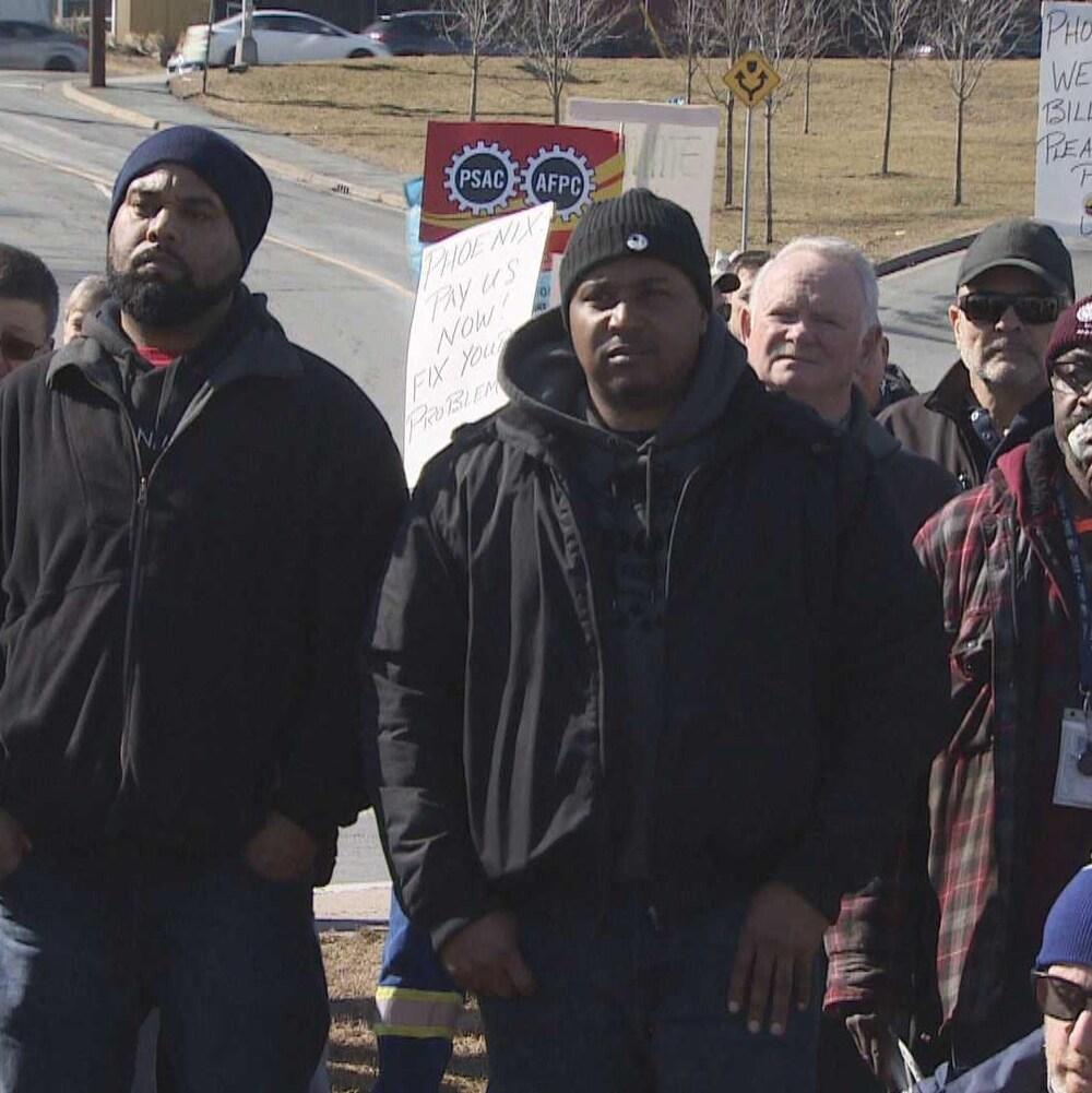 Environ 200 personnes ont manifesté contre les ratés du système de paye Phénix devant le chantier naval d'Halifax le 28 février 2018.