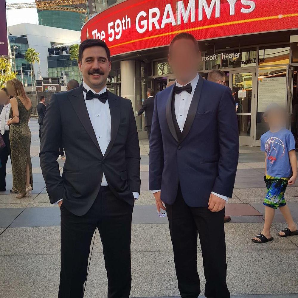 Philip Keezer et un homme au visage brouillé à l'extérieur du Microsoft Theater, à Los Angeles, où se tient le gala des Grammys.