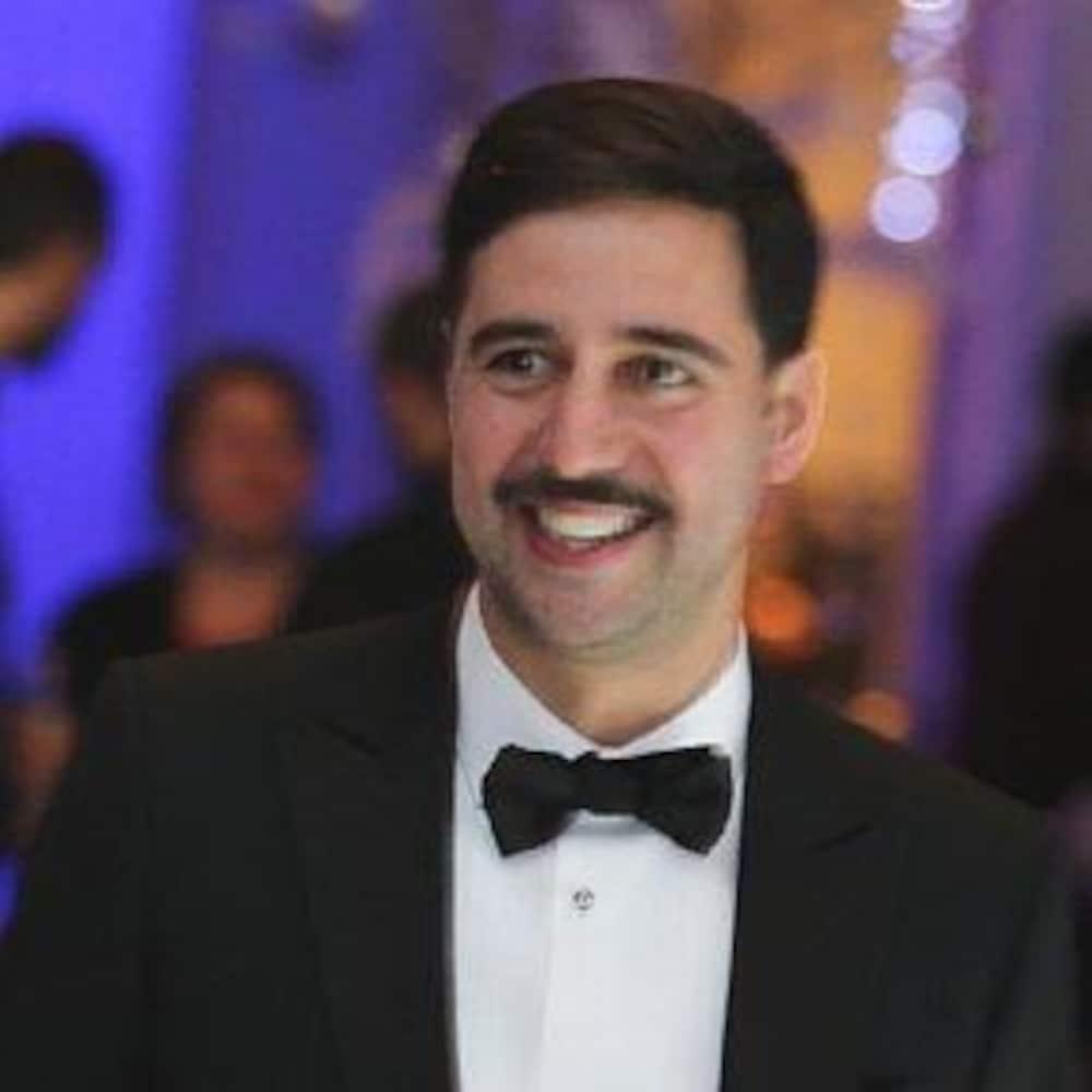 Philip Keezer sourit et porte un tuxédo.