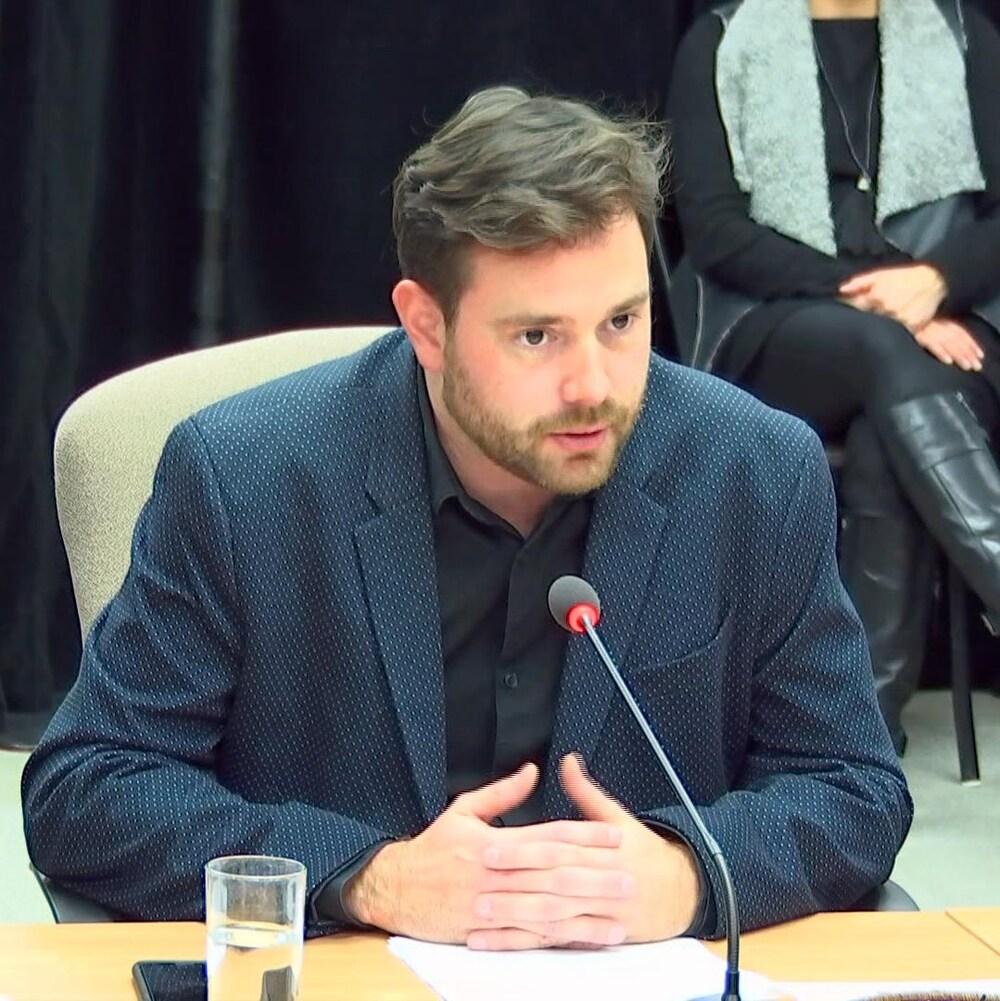 Un homme témoigne lors d'une commission d'enquête.