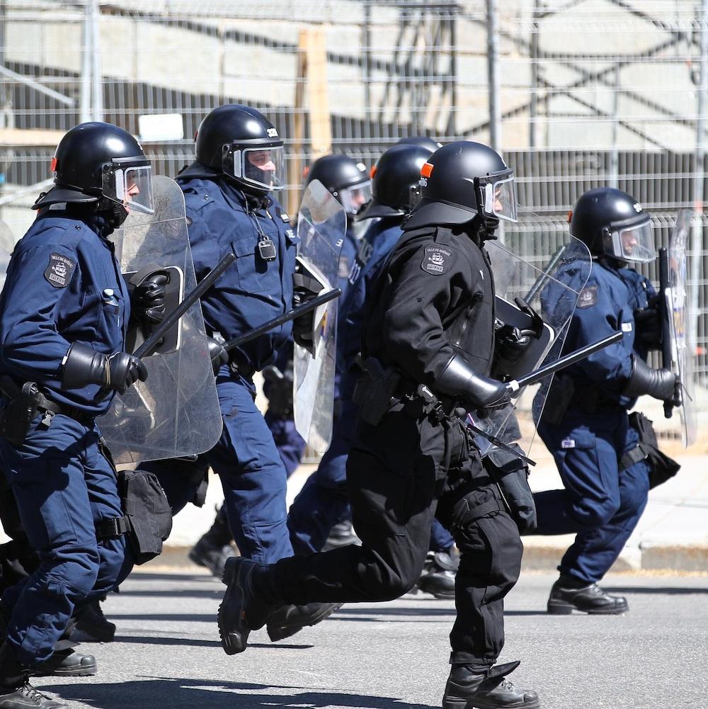 Des policiers antiémeute accourent sur les Plaines.