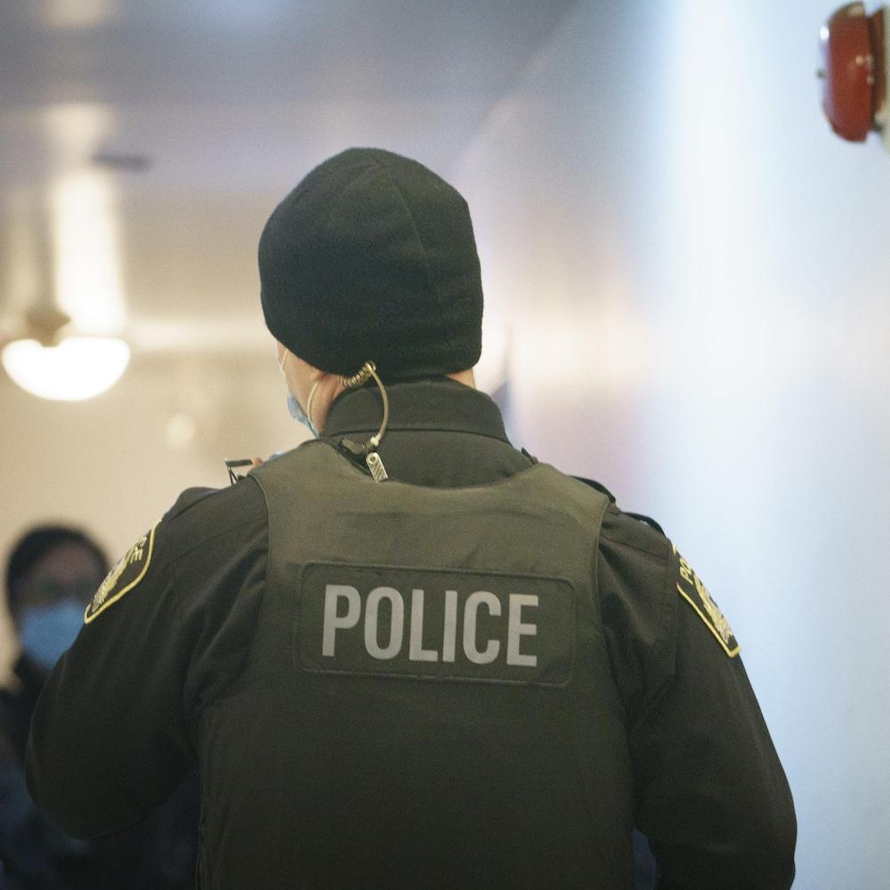 Un policier porte un gilet pare-balle.
