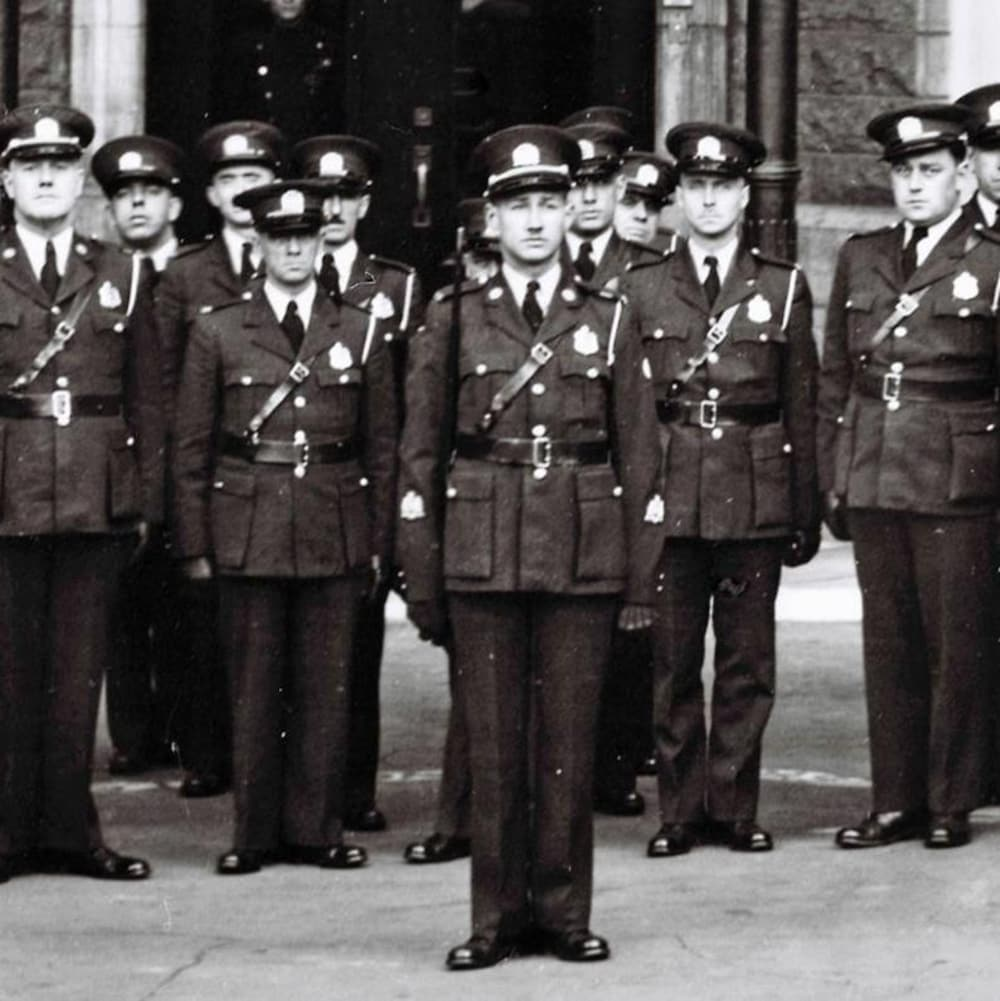 Des policiers en uniforme sont rassemblés. w_800