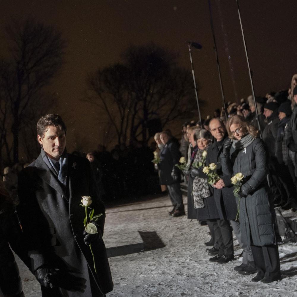 Justin Trudeau et Sophie Grégoire Trudeau marchent main dans la main, en tenant une rose blanche.