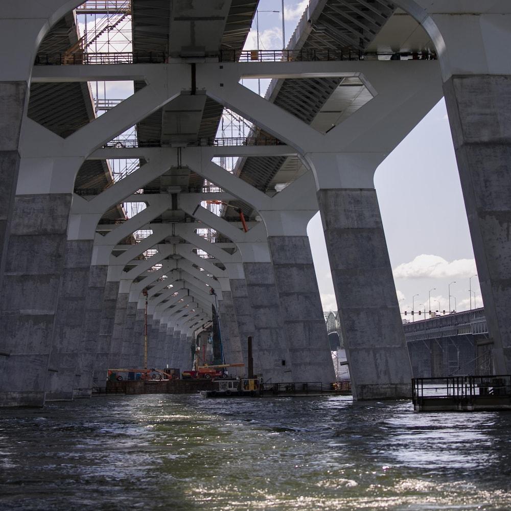 Une photo sous le pont permet de voir que les piliers ne sont pas alignés.