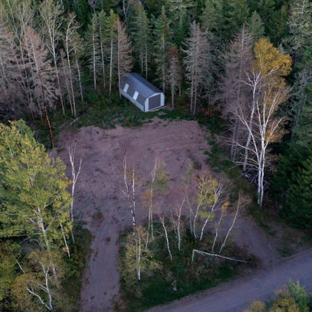 Une vue aérienne du terrain où existait autrefois la maison de Dawn Madsen et Frank Gulenchyn, rasée par un incendie.