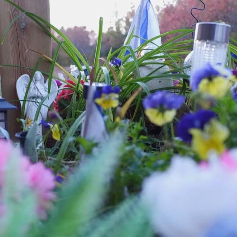Un mémorial pour Kristen Beaton en bordure de route où elle a été tuée.