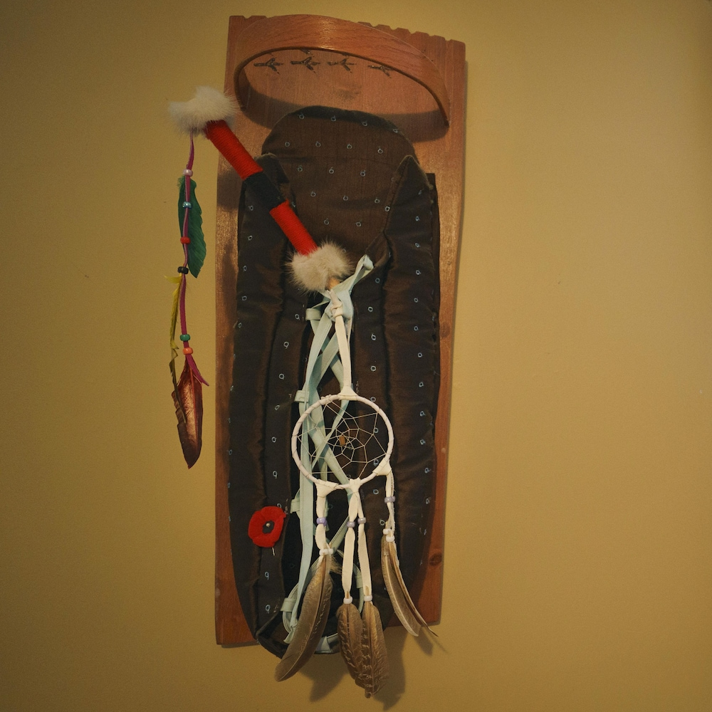 Un porte-bébé traditionnel, affiché fièrement dans la maison des Boivin-Watso.