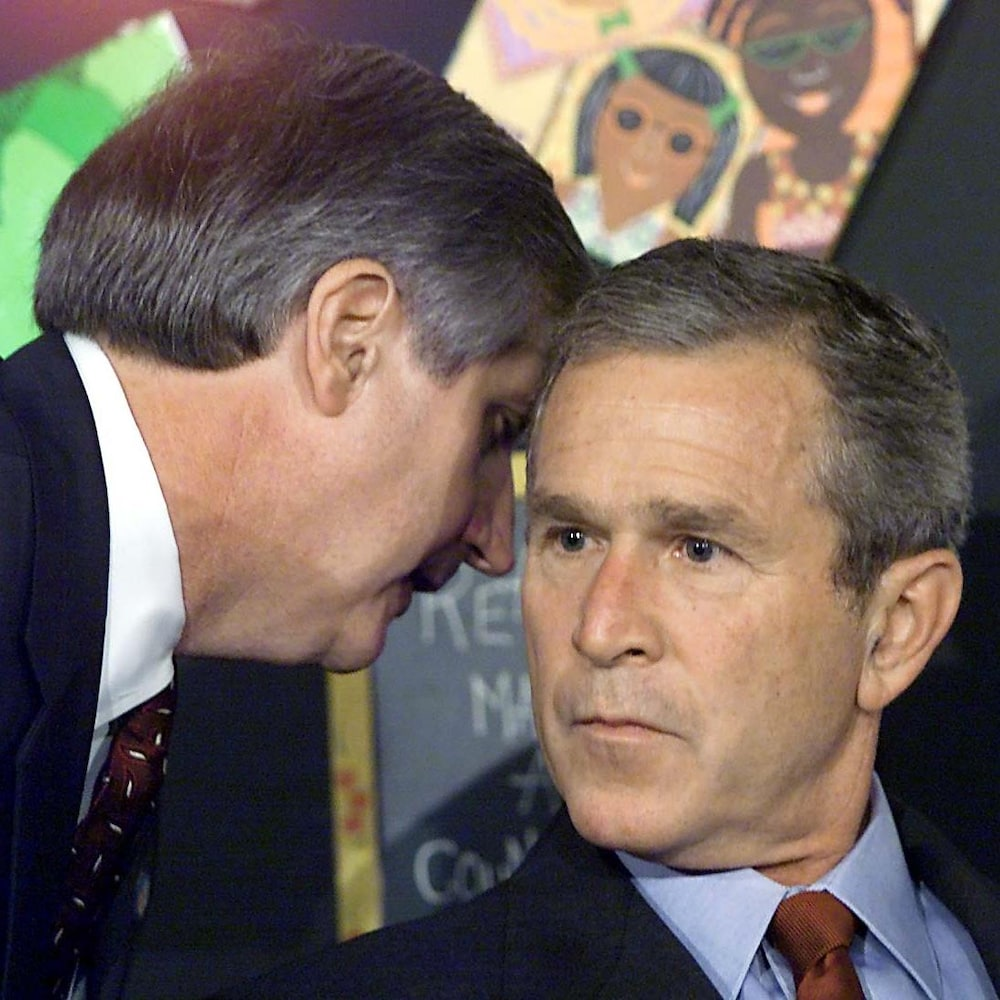 On voit en gros plan le visage sérieux et légèrement inquiet du président Bush alors que son chef de cabinet lui glisse l'information à l'oreille.
