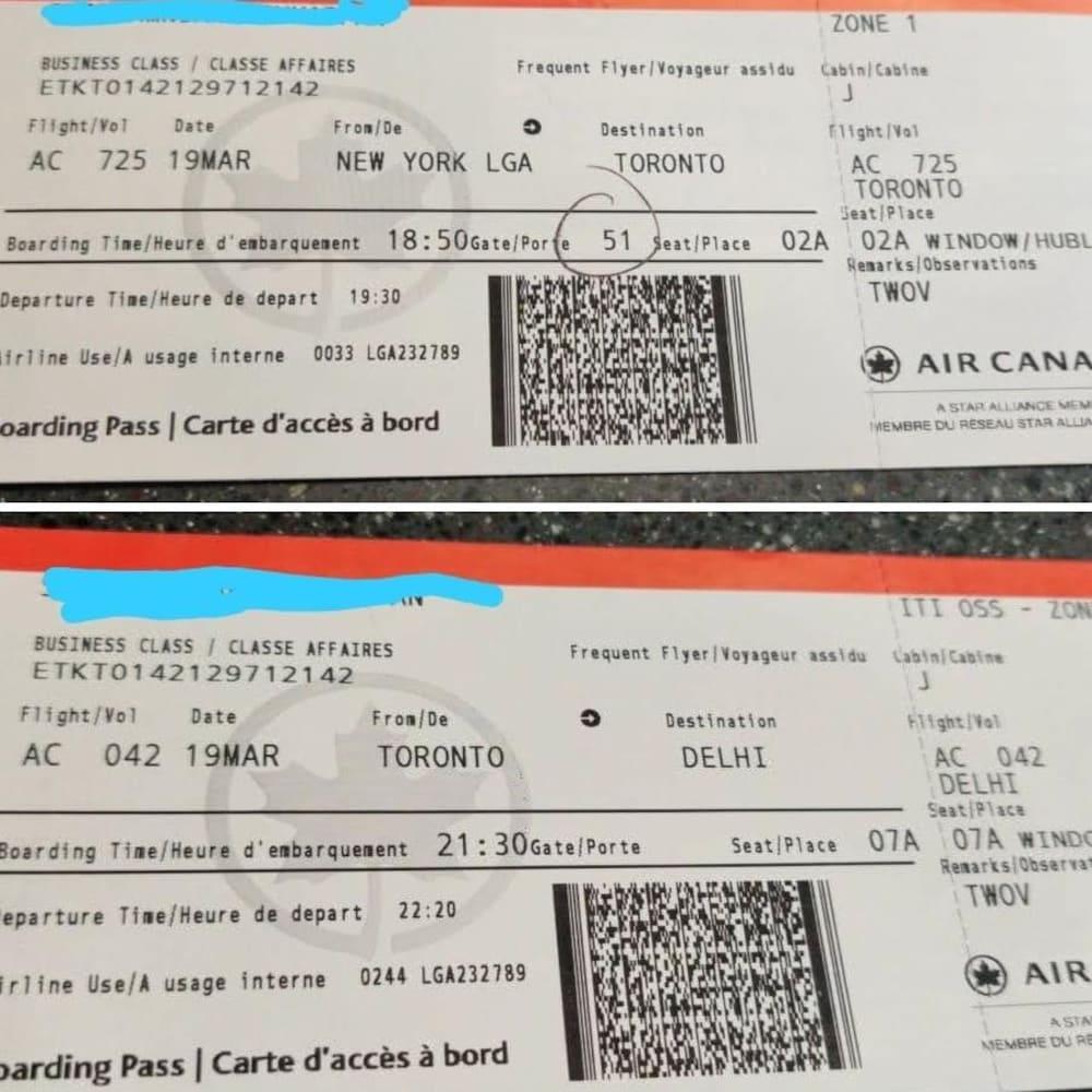 Deux billets d'avion sur un comptoir.