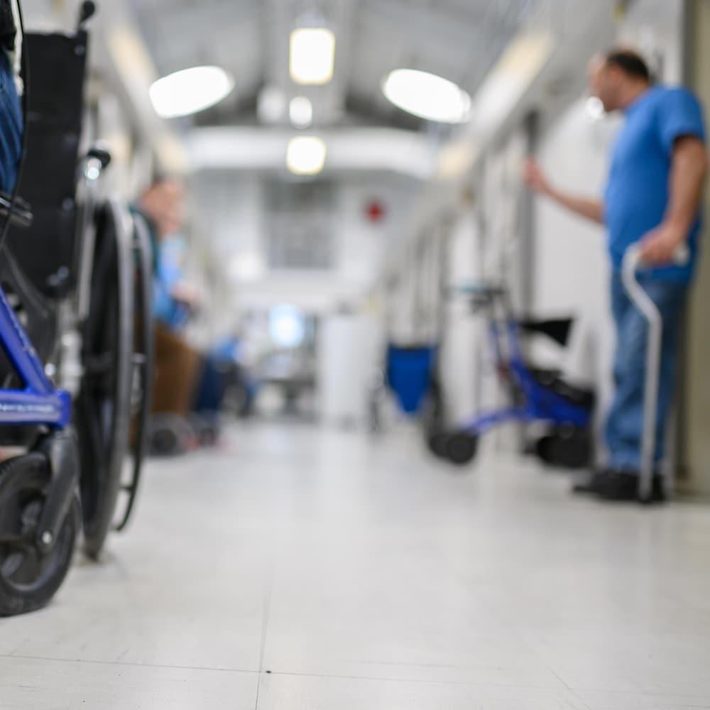 Des détenus ayant des problèmes de mobilité discutent dans un couloir d'un pénitencier fédéral de Laval, au Québec