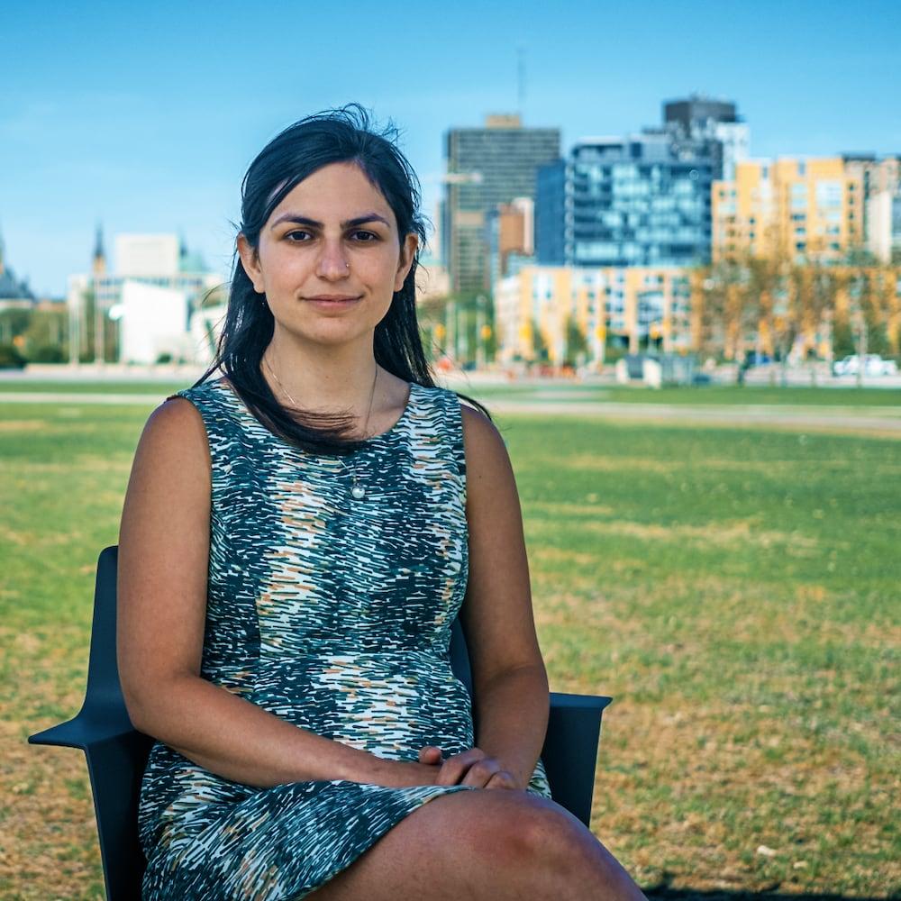 Mme Dixon assise sur une chaise dans un parc d'Ottawa.