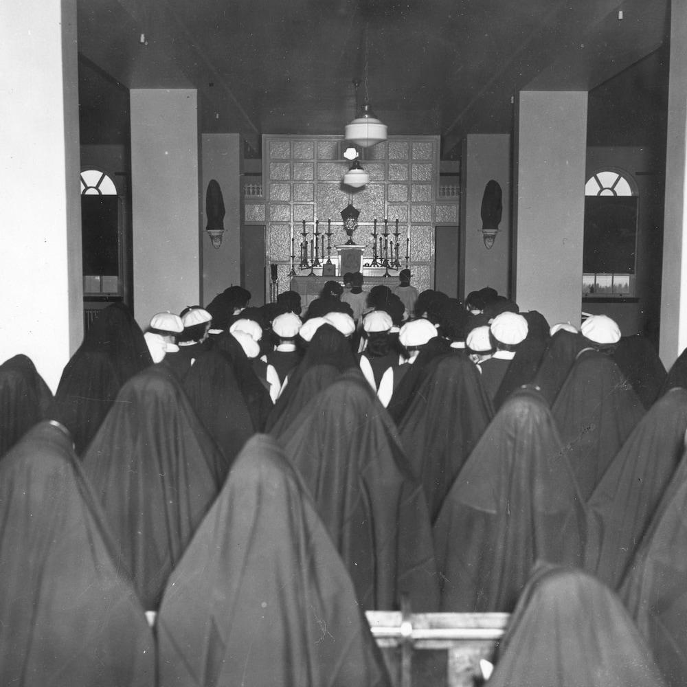 Des religieuses rassemblées dans la chapelle.