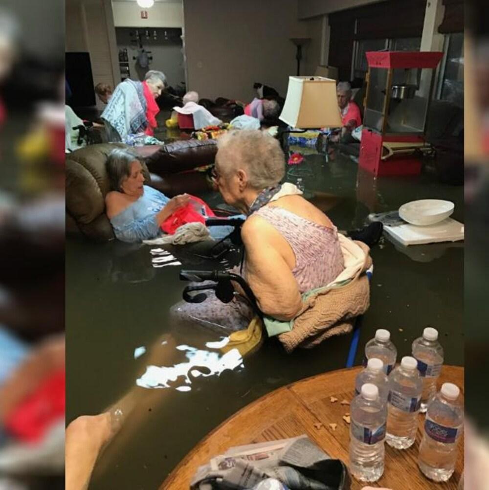 Une vingtaine de personnes âgées ont été évacuées par hélicoptère de leur résidence inondée.