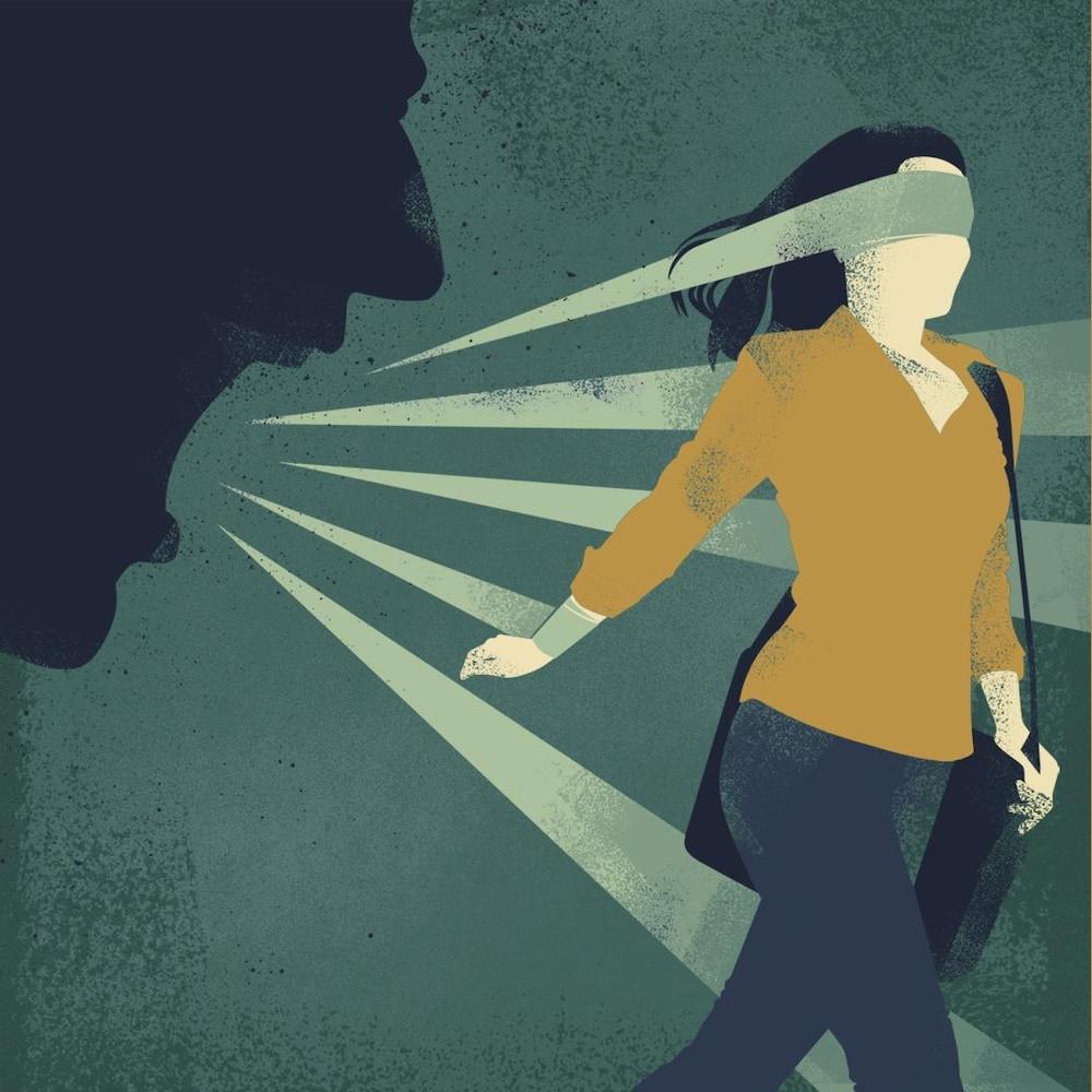 L'ombre d'un homme qui hurle par la tête d'une femme qui a les yeux bandés.