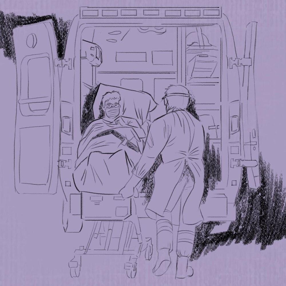 Un ambulancier accompagne Rita Doiron dans le véhicule qui doit l'amener à l'hôpital.