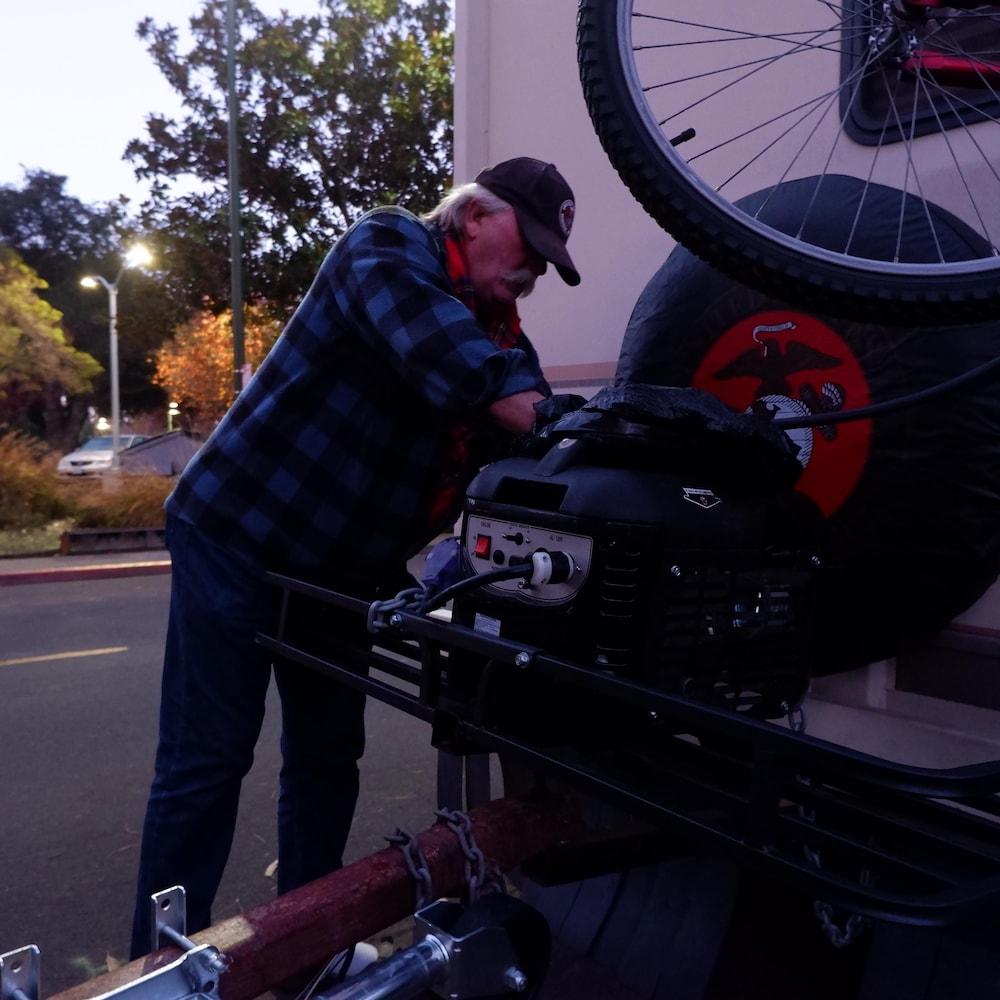 Roger Simmie derrière son véhicule récréatif à Mountain View.