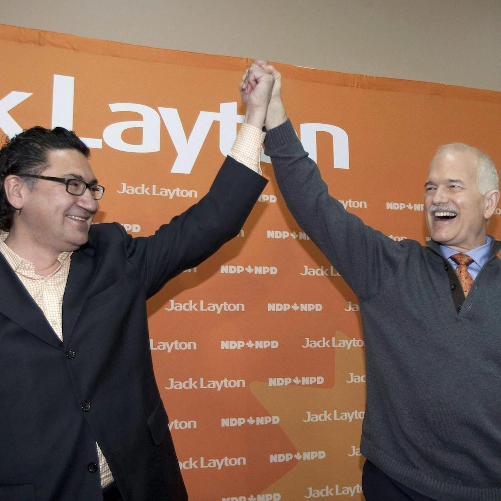 Le candidat Romeo Saganash en compagnie du chef du NPD Jack Layton, lors d'un événement de la campagne électorale de 2011, à Val-d'Or.