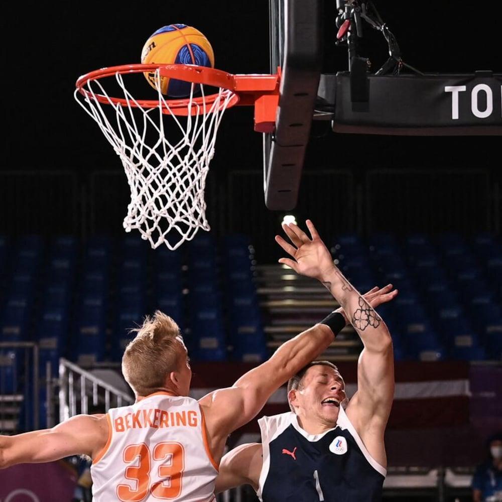 Pinag-aagawan nina Ross Bekkering at Stanislav Sharov ang bola sa basketball court.