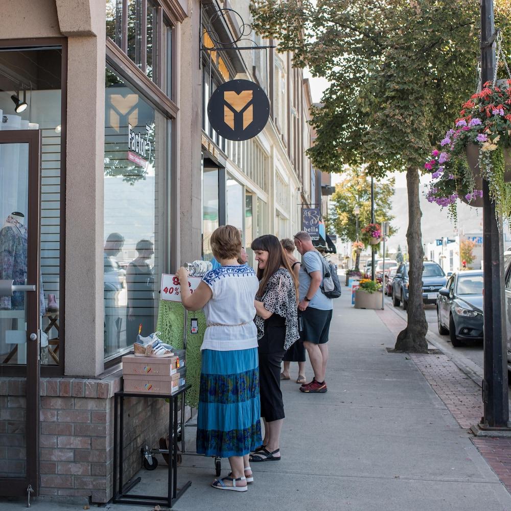 Des personnes font des boutiques dans une rue passante.