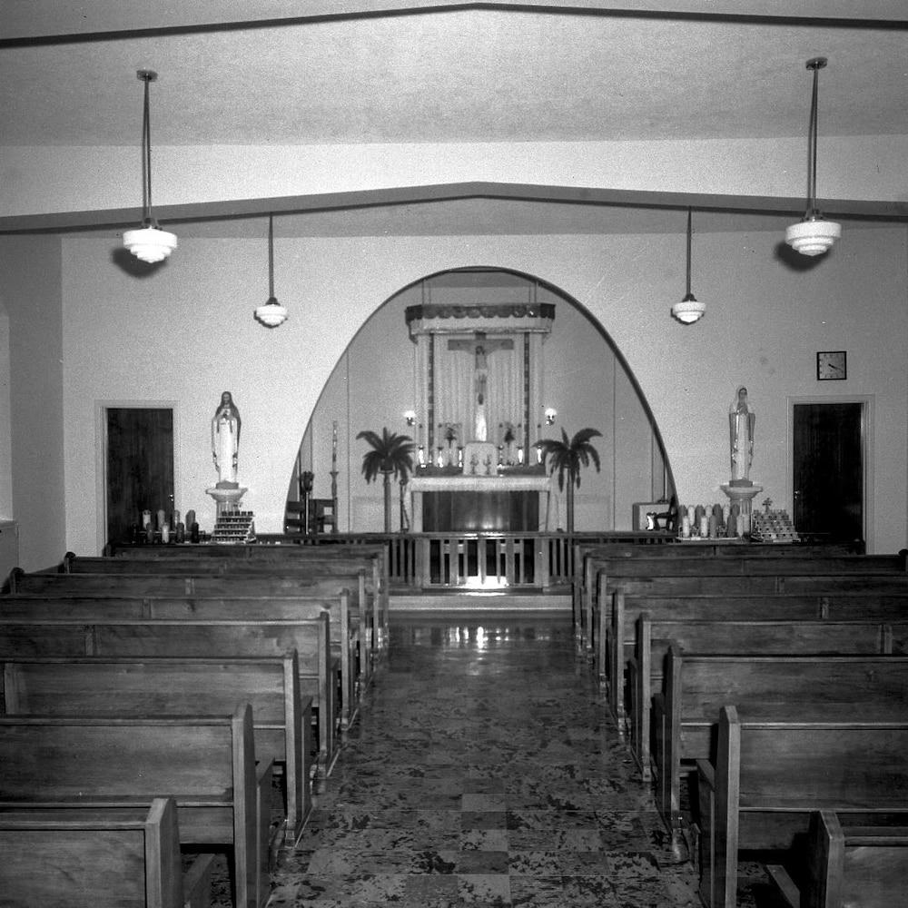 Photographie en noir et blanc de la chapelle à l'intérieur du sanatorium.