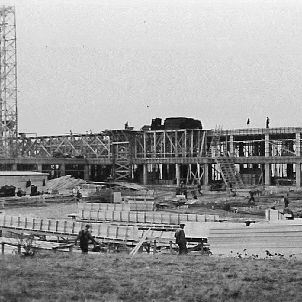 Une photographie en noir et blanc du chantier de construction du sanatorium de Mont-Joli.