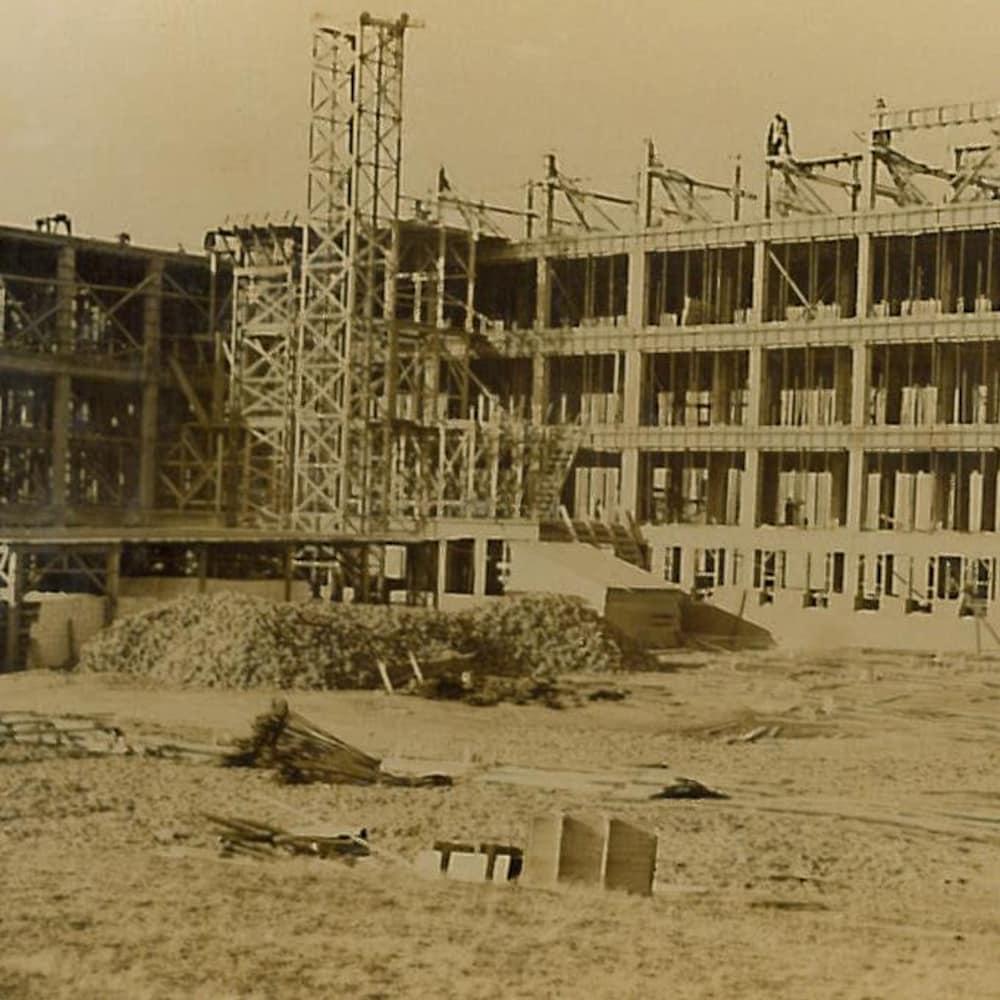 Photographie jaunie du chantier de construction du sanatorium de Mont-Joli.